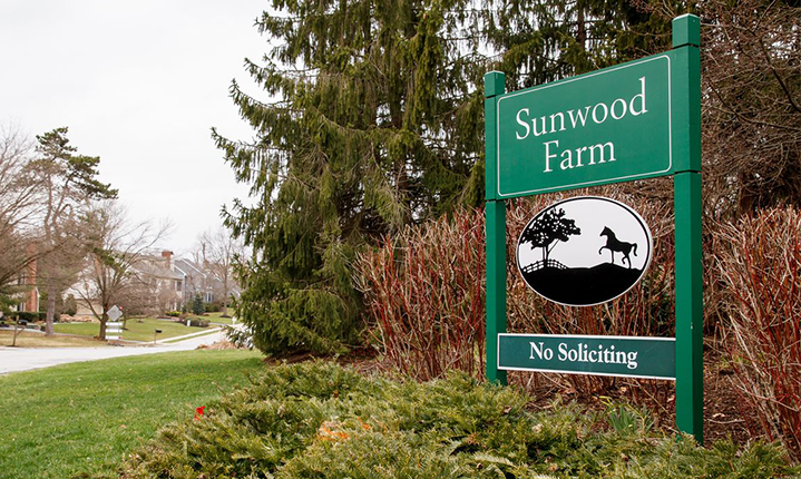 The entrance to the Sunwood Farm community.